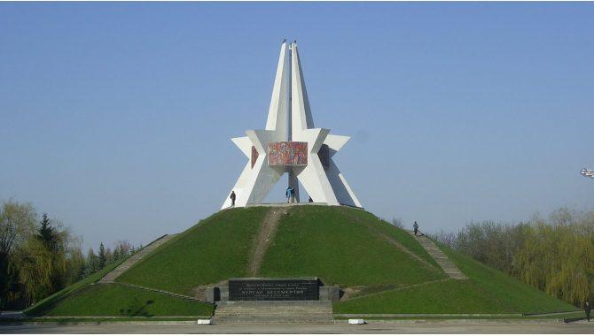 1xbet букмекерская контора Брянск - фото памятника в городе